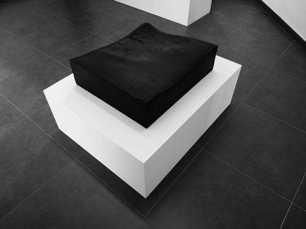 La mort dans l'âme, 2009-2014 / Billot de boucher, peinture noire et cire / 60 x 70 x 17 cm