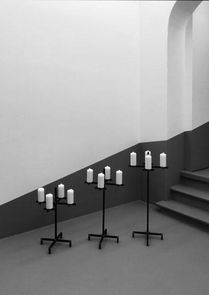 O let me weep, 2019 / Acier et bougies, dimensions variables
