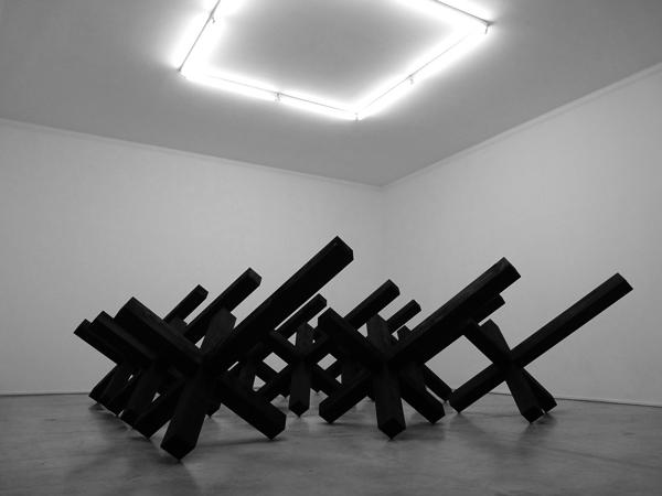 Assis sur l'obstacle, 2011 / Bois, encre et cirage / Palais de Tokyo - Module 1