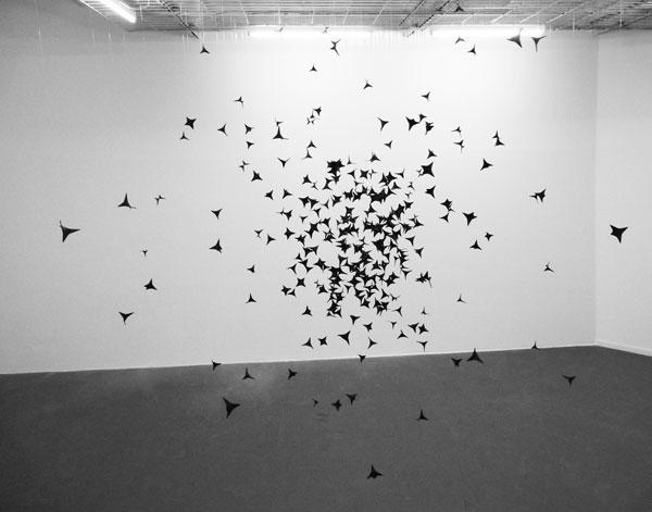 Brume, 2012 / Chausse-trappes et peinture / Dimensions variables