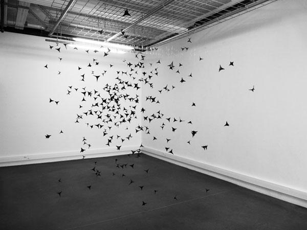 Brume, 2012-2016 / Chausse-trappes et peinture / Dimensions variables