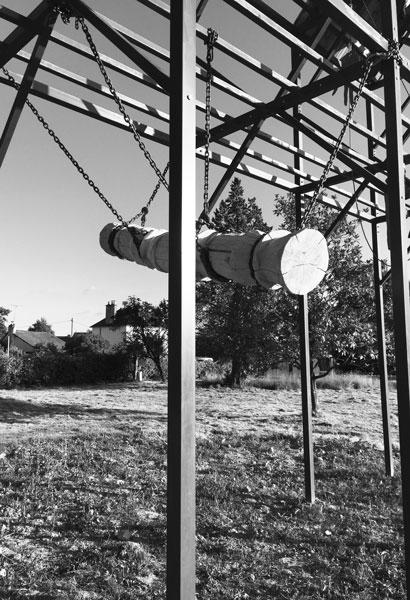 Butoir, 2017 / Pièce pérenne. Bois et chaines de levage / Le Rack, Hubhug/40mcube, Liffré