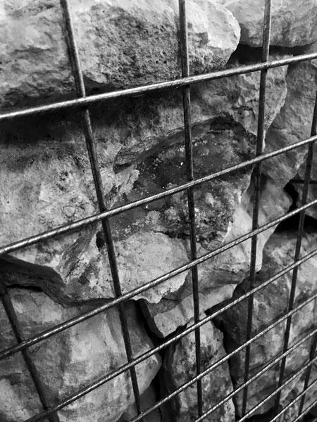 Tomber sept fois, 2020 / Installationin situ, Prieuré de Pont-Loup,Moret-sur-Loing / Pierres et gabions – 14 éléments / 180 x 60 x 30 cm chq.