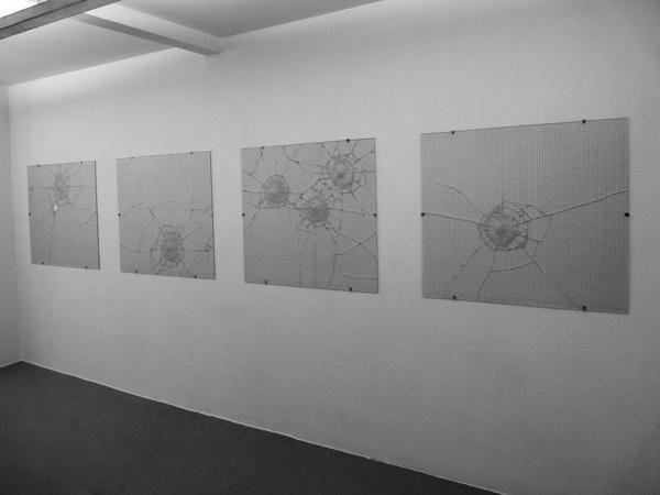 Fleurs, 2011 / Tirs de flash ball sur verre armé / 97 x 110 cm chq.