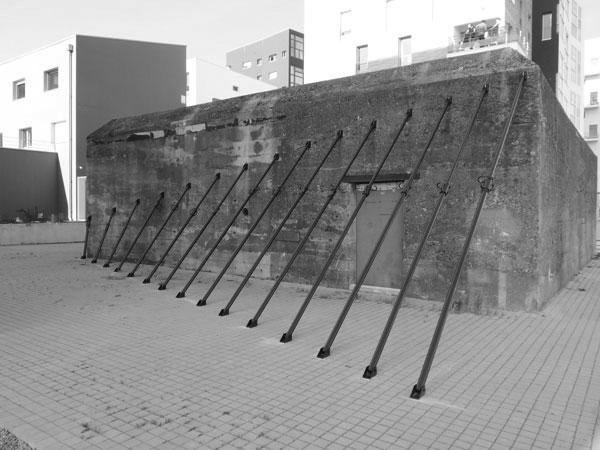 La fonction oblique, 2010 / Étais tirant-poussant et peinture anti-rouille / Hub-Studio, Nantes