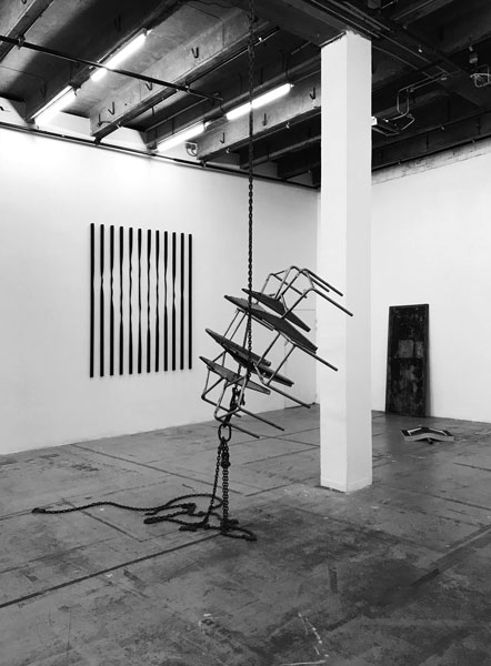 Ronde, 2019 / Châssis de chaises, chaînes / Dimensions variables