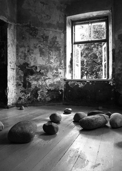Kā akmens, 2016 / en collaboration avec Darta Sidere / Pierres taillées / Dimensions variables