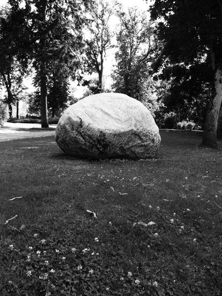 Kä akmens, 2016 / en collaboration avec Darta Sidere / Pierres taillées / Dimensions variables