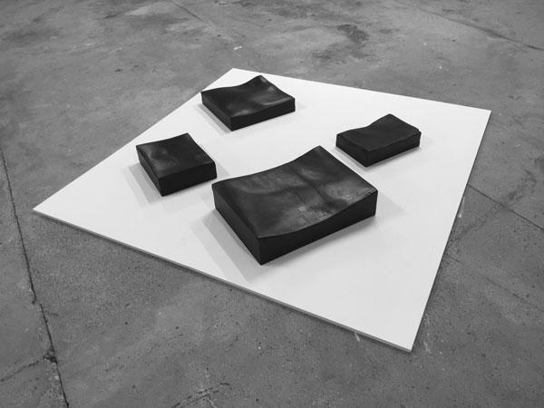 La Mort dans l'âme, 2018 / Billots de boucher, peinture et cirage / Dimensions variables