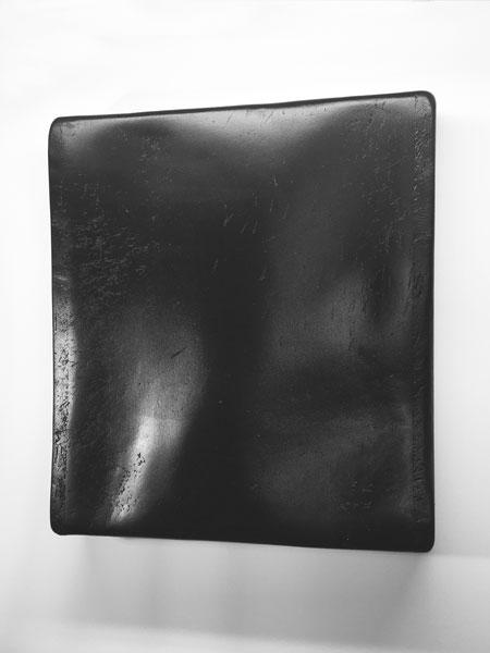 La mort dans l'âme, 2009-2014 / Billot de boucher, peinture noire et cire / 59,5 x 53,5 x 10 cm