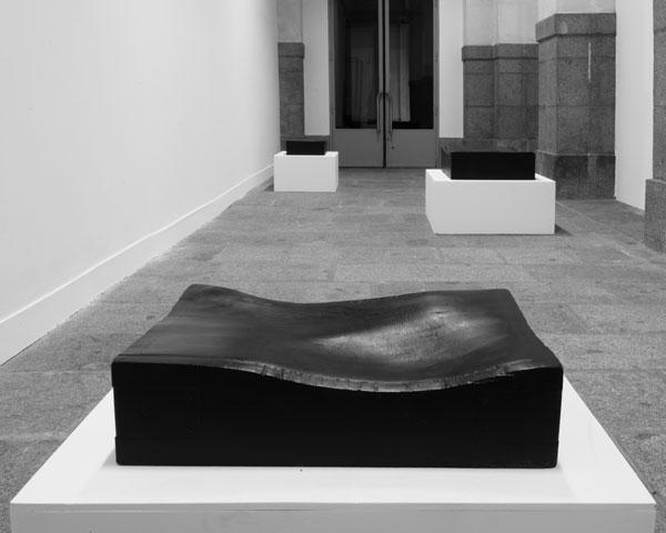 La mort dans l'âme, 2009-2014 / Billot de boucher, peinture noire et cire / Dimensions variables