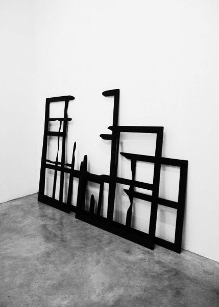 Macula, 2013 / Bois, peinture acrylique et cirage / Dimensions variables