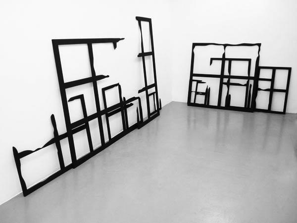 Macula, 2008 / Bois, peinture acrylique et cirage / Dimensions variables