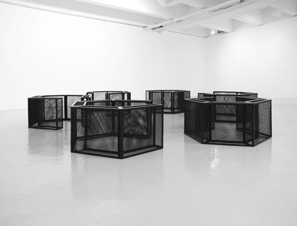Millbank, 2016 / Métal et laque noir / env. 0,60 x 5 x 5 m