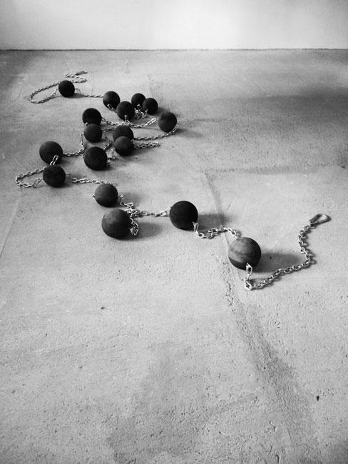 Noviciat, 2015 / Béton, encre de chine et acier / Dimensions variables