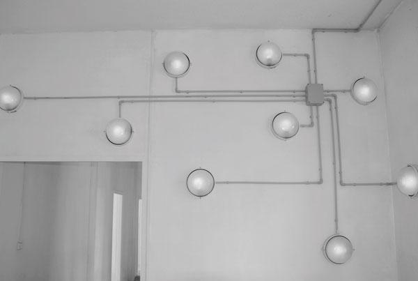 Phosphènes, 2007 / Appliques lumineuses, ampoules, tubes pvc et câblages électriques