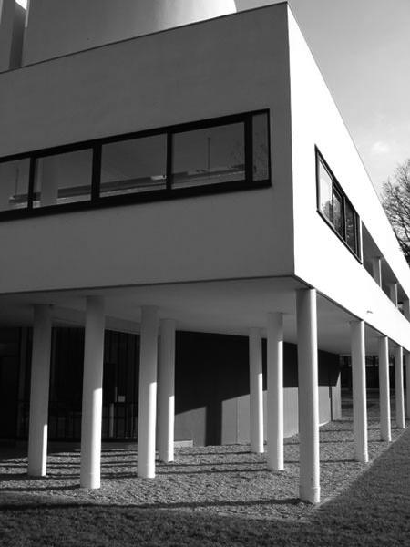 Plan libre, 2007 / Greffe architecturale (colonnes) / Tube de coffrage, étais et acrylique / Vue de l'exposition Proliférer, Villa Savoye