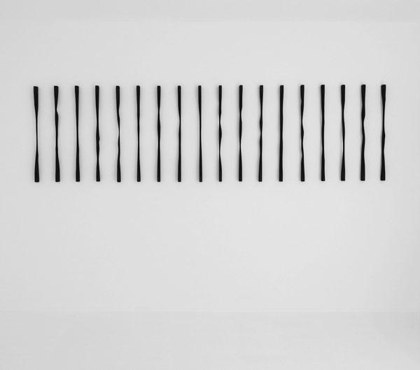 Sans titre (Verticales), 2012 / Bois, peinture acrylique et cirage / Dimensions variables