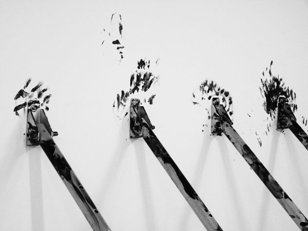 Les mains sales, 2012 / Etais tirant-poussant galvanisées et peinture goudron noire / Dimensions variables