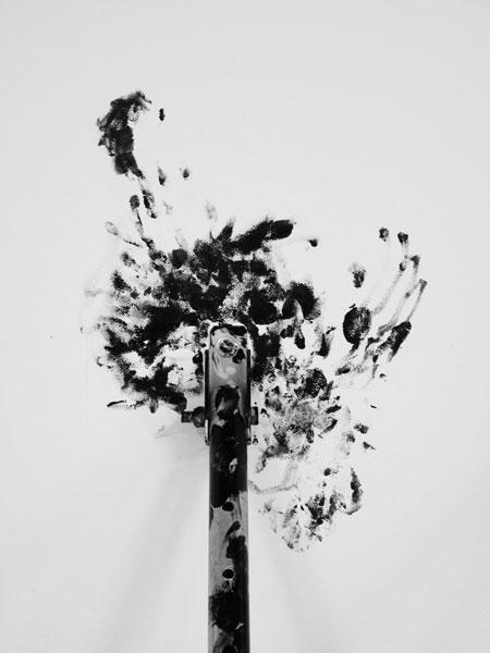 Sans titre, 2012 / Etais tirant-poussant galvanisées et peinture goudron noire / Dimensions variables