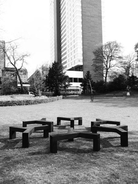 Sans titre (Fleury-Mérogis), 2012 / Douglas, encre, cirage / Env. 7 x 7 x 0,5 m