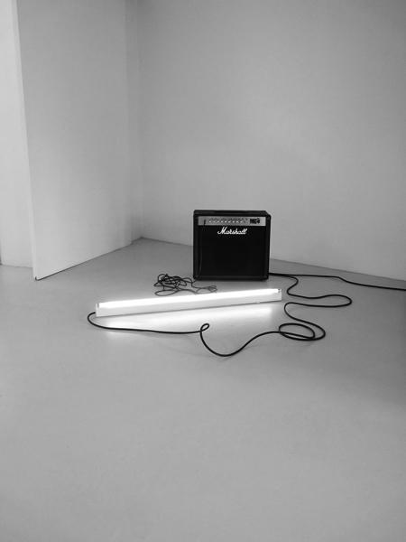 Sonatine (Mélodie Mortelle), 2008-2012 / Tube fluorescent usagé et altéré, micros et amplis