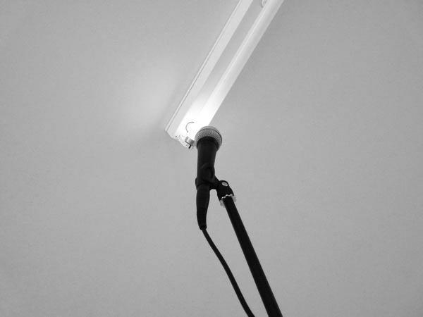 Sonatine (Mélodie Mortelle), 2008-2012 / Tube fluorescent, micros et amplis